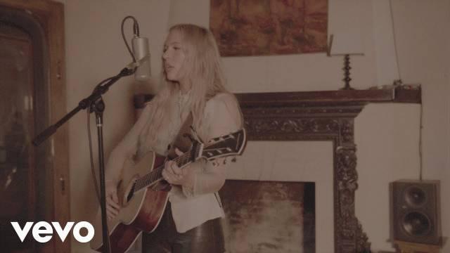 加拿大流行女歌手Lennon Stella最新居家表演……