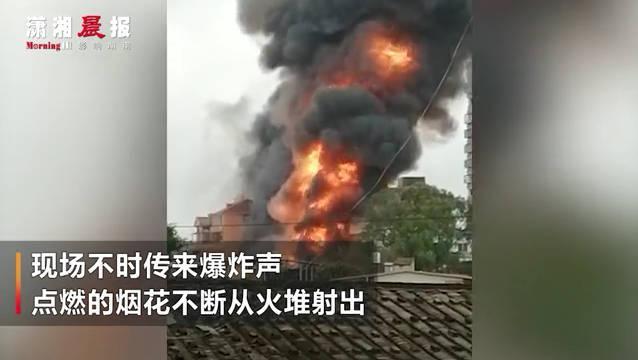 突发!福建泉州一鞭炮仓库起火现场爆炸声不断!