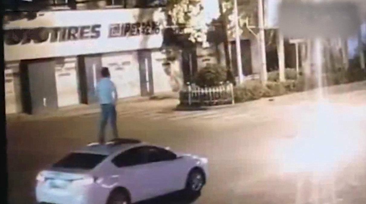 视频:汽车资讯 主驾无人,高速狂奔:无人驾驶花样作死合集
