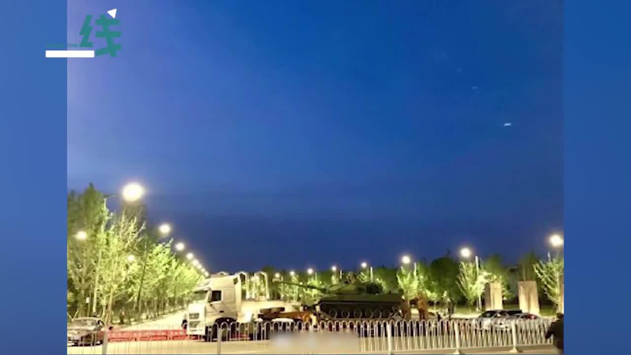 超硬核!网传湘潭大学门口停了辆坦克?网友:好的大学没有围墙