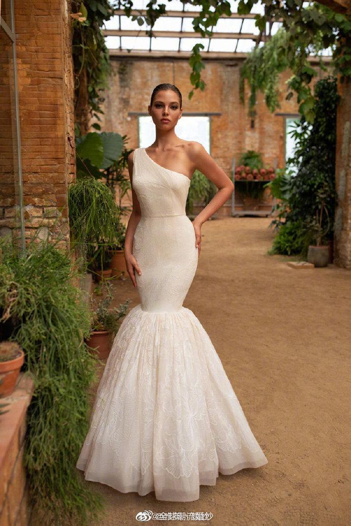 Zac Posen x White One Bridal Fall 2020. 擅长做礼服的Zac……