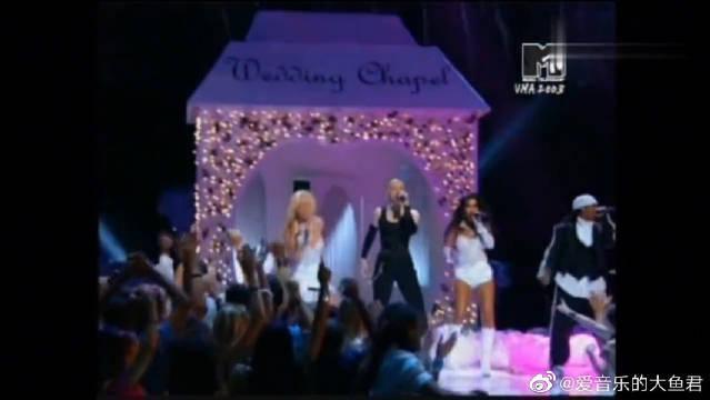 2003年全美音乐奖,乐坛大姐大麦当娜带着两小天后惊艳全场表演
