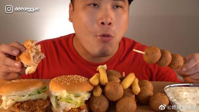 芝士就是力量:鸡腿汉堡和芝士球芝士棒吃播~这位小哥咬肌太发达