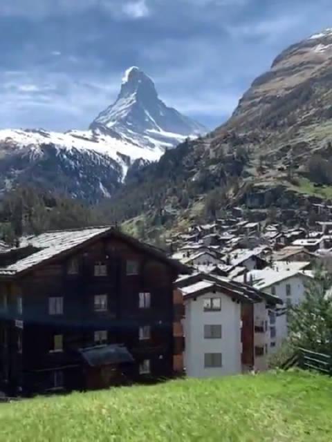 从采尔马特(Zermatt)小镇观看马特洪峰