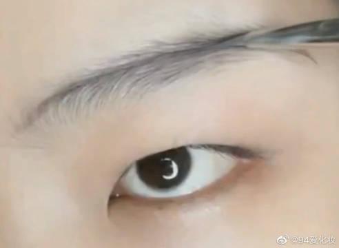 单眼皮肿眼泡也能画出美美的眼妆……