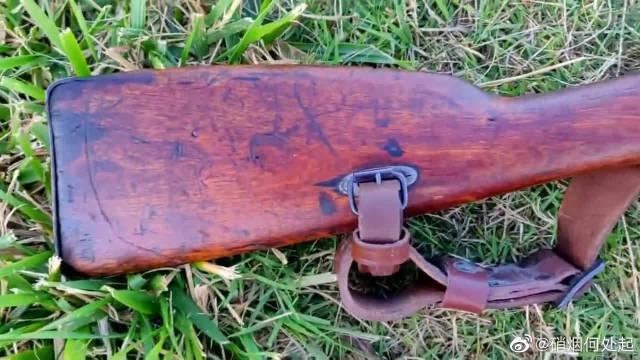 两杆有年头的莫辛纳甘步枪,可称得上是古董了,保存的很完好!!