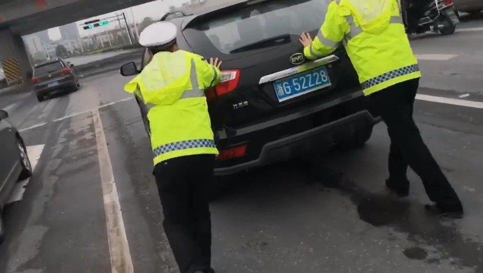 车辆路上抛锚,幸亏交警来帮忙