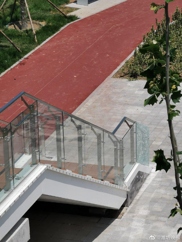 潍坊市高新区潍县中路一过街天桥的玻璃护栏碎裂