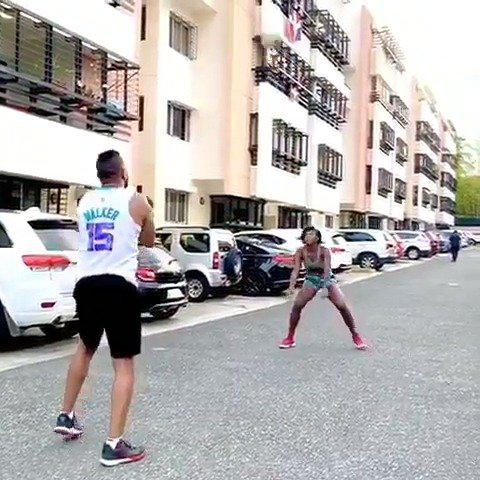 德拉克鲁兹在街上练起了排球