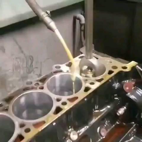 工业瞬间:发动机气缸珩磨加工。珩磨是一种高精度磨削加工……