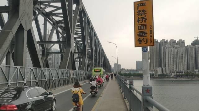 襄阳,汉江大桥。这座桥跨江900米,1970年建成的,公铁两用桥……