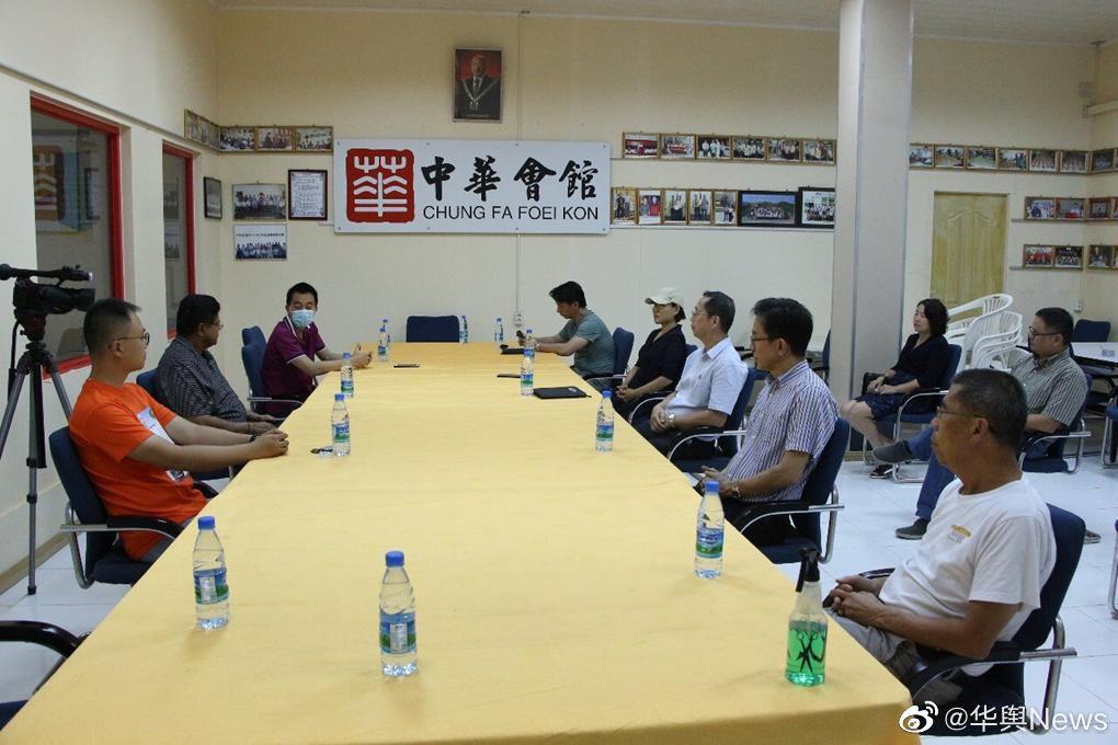 苏里南VHP党主席山度基与华人候选人王传瑞访问苏华总会向华人族