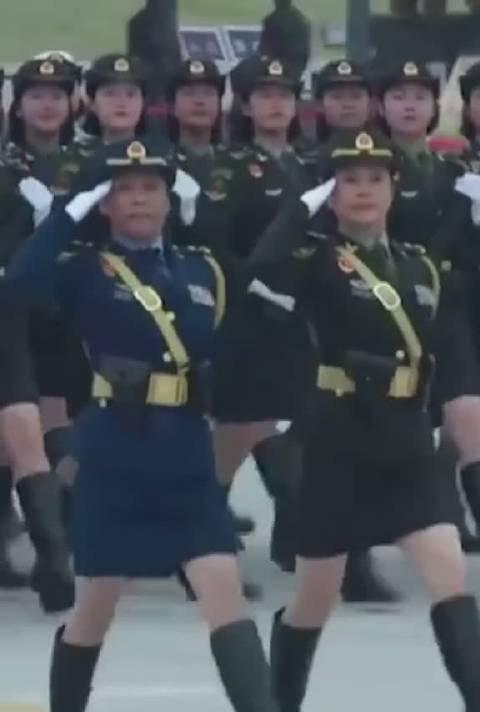 女将军首次徒步受阅!现在走在队伍前列……