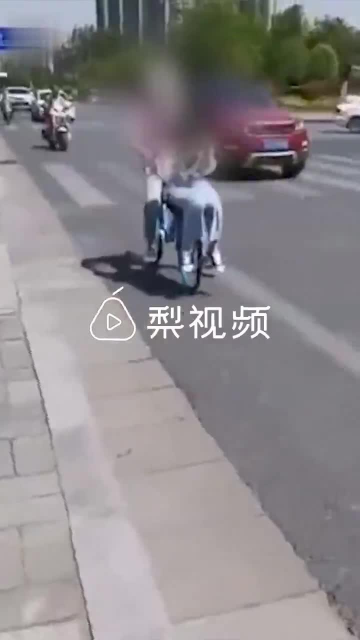 18岁女孩坐共享单车车筐,调度员怒斥:行为很难看