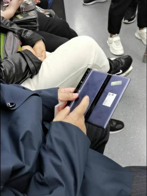 大爷和人介绍自己的华为Mate Xs折叠屏手机……