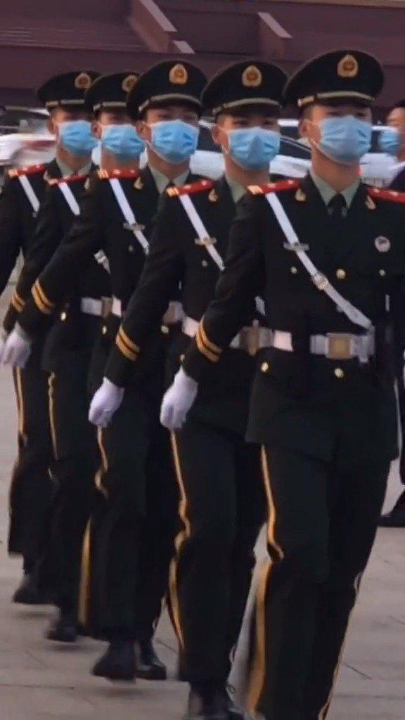 北京天安门广场上,执勤巡逻的武警战士,人群中流动的风景线!