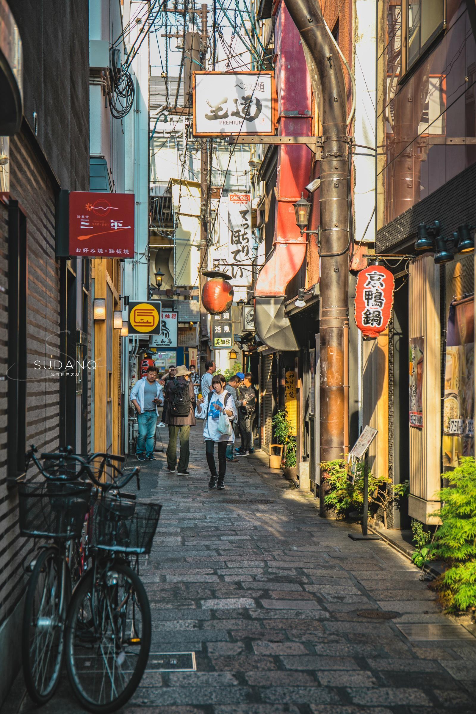 去日本旅行的时候,最喜欢做的一件事就是一个人背着相机……