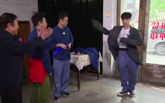 张艺兴穿西装模仿孙红雷跳霹雳舞……