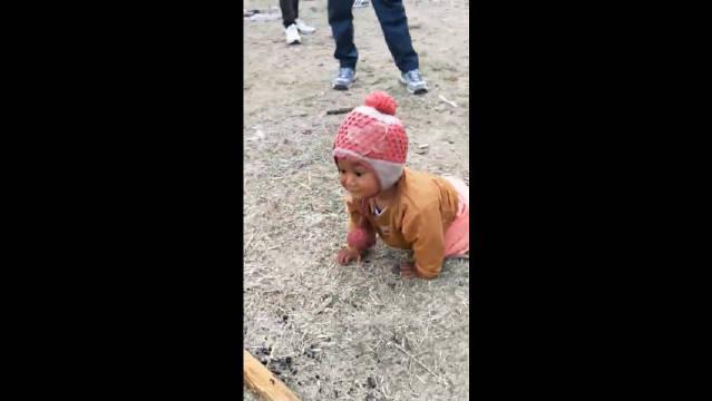 印度女孩放养模式,孩子随便扔大街上,一天都找不到她父母!