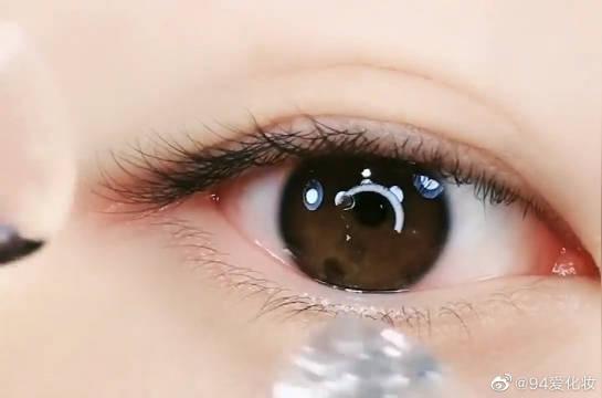 小姐姐挑战超级粉嫩的美瞳,戴上的那一瞬间好美,眼神好温柔