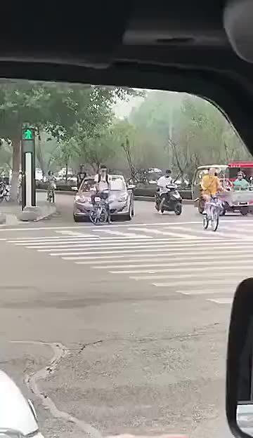 视频:后面的现代朗动按喇叭,然后骑车的也是个暴脾气,你们怎么看?