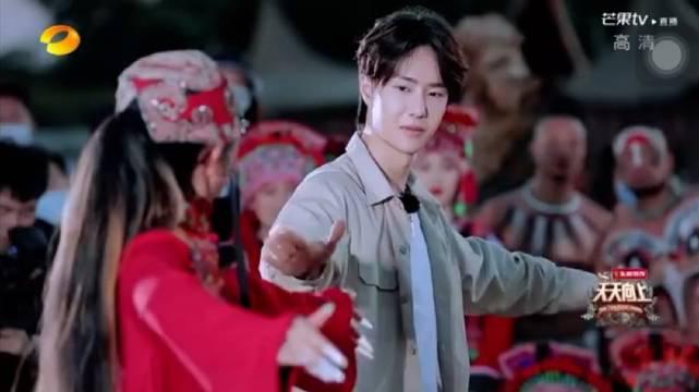 王一博学跳孔雀舞,《天天向上》节目中……