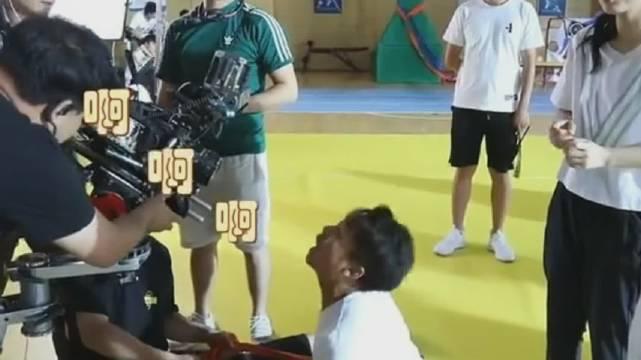 演员给吴倩压腿,吴倩的尖叫声响彻整个场馆!