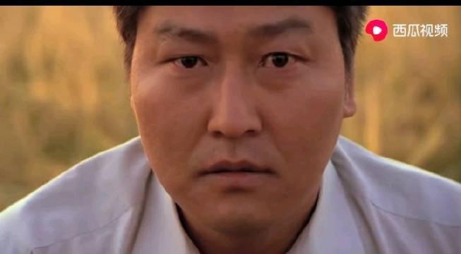 电影《杀人回忆》的结局,宋康昊饰演的警察直视镜头令人印象深刻
