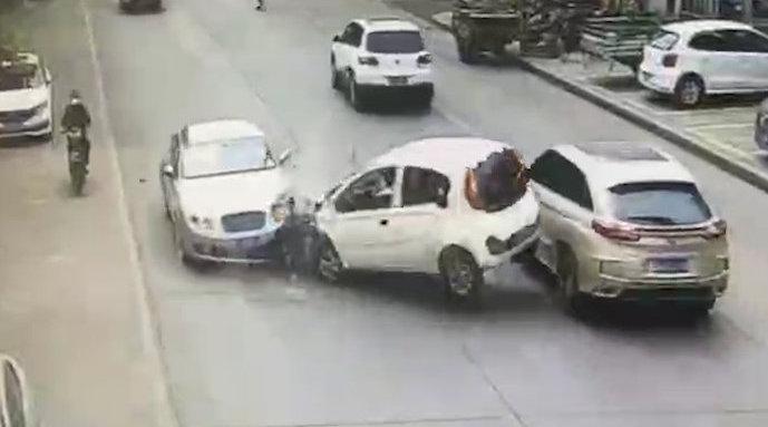 奇瑞超车与宾利相撞车头粉碎 网友:奇瑞车主要赔天价...