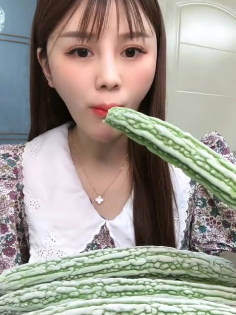 爱吃的小兔子:吃一个冻苦瓜