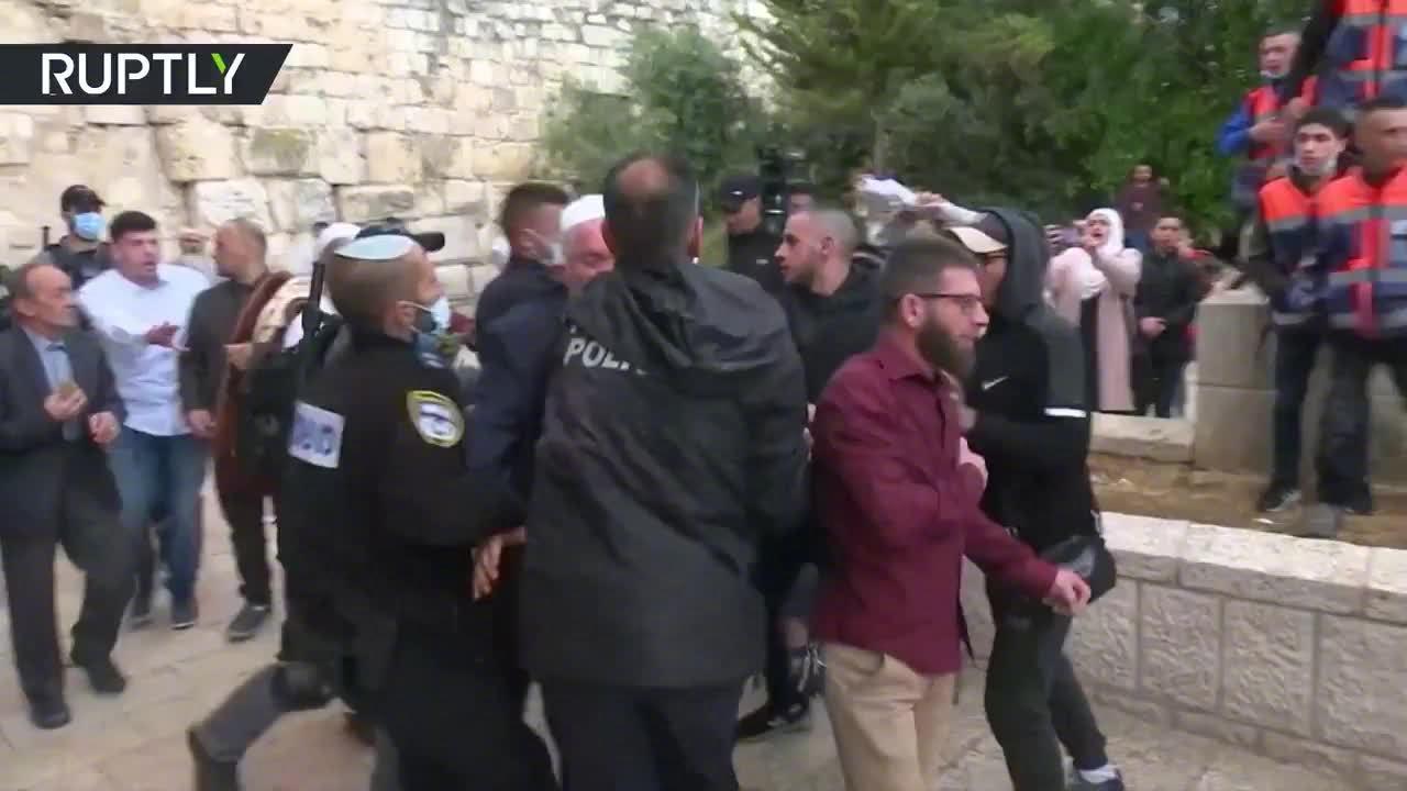 今天是开斋节,以色列耶路撒冷旧城阿克萨清真寺外,多人被捕