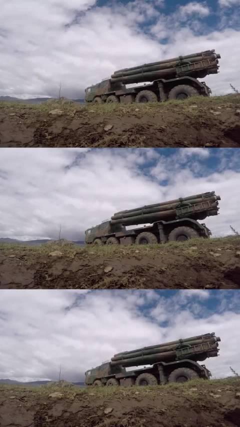 """解放军陆军远程火箭炮震撼发射!绝对是火箭炮中的""""战斗机"""""""