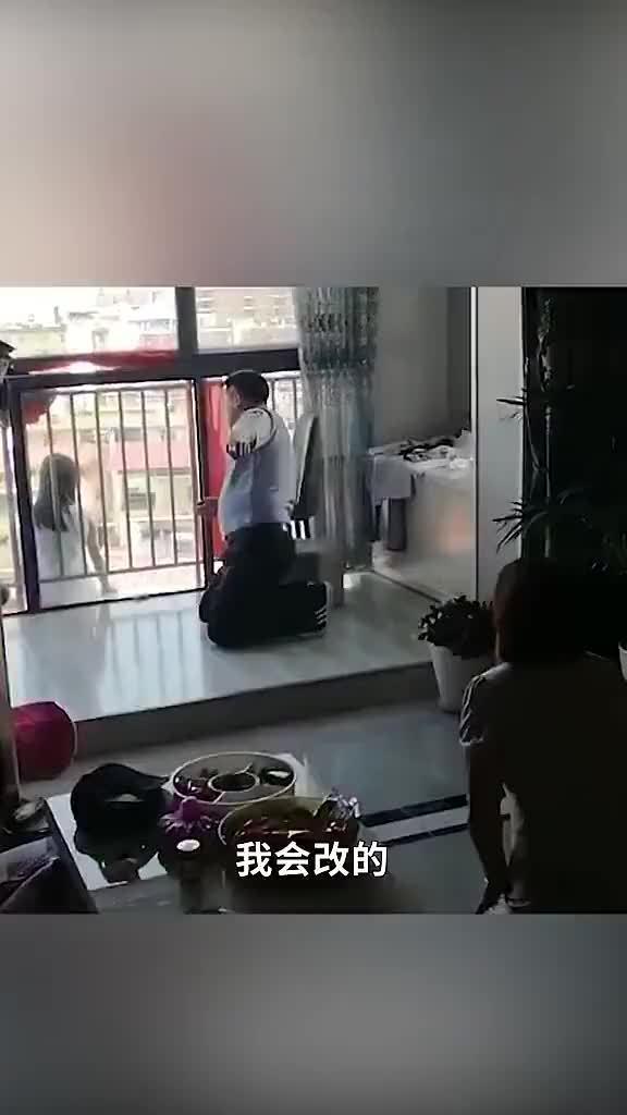 因与姐姐起争执,10岁女孩坐在阳台欲跳楼,母亲下跪痛哭……