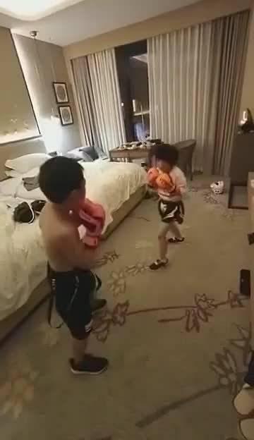 网友:闺女学了两年散打,儿子学了两年跆拳道,今天切磋一下……