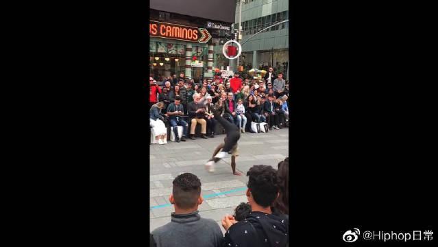 美国街头表演,不得不说黑人小哥骨骼惊奇啊,是个练舞奇才