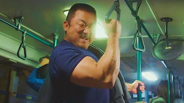 哇,你完了,你把公交车的吊环扯掉了!