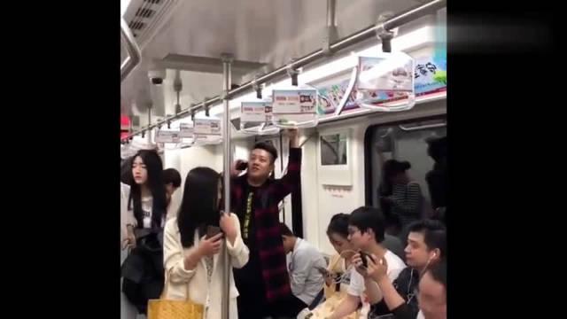小伙地铁上跟婚介打电话,说了这样一番话,乘客都憋不住笑了!