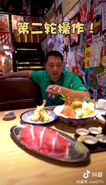 今天跟友仔去吃寿喜锅,M9级和牛再加上天妇罗的斑节虾……