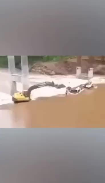 挖掘机洪水中救人,这司机的技术我给满分!