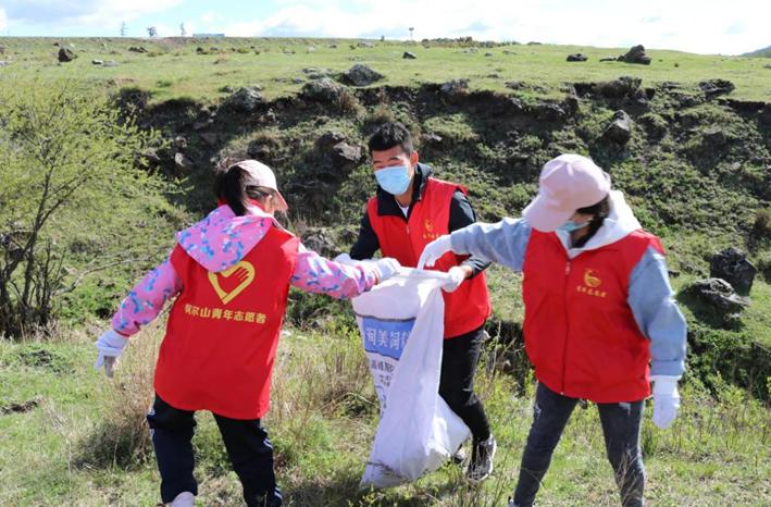 阿尔山市生态环保志愿者协会开展环保活动