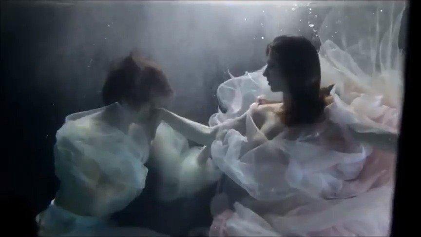 Anna Tikhomirova在怀头胎的时候和Artem Ovcharenko水下拍摄……