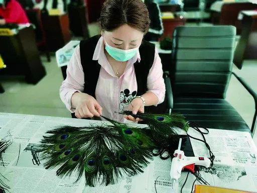 学员在制作孔雀羽毛扇