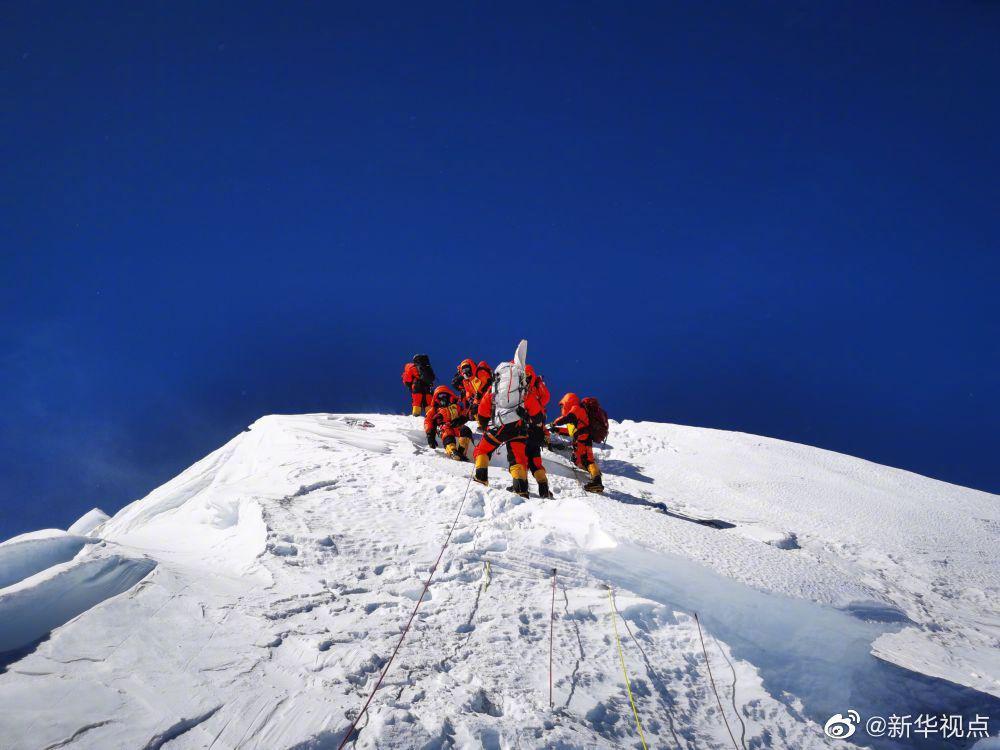 2020珠峰高程测量登山队登顶瞬间!(图)图片
