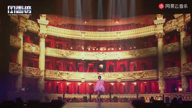 莫文蔚颁奖典礼现场版《慢慢喜欢你》……