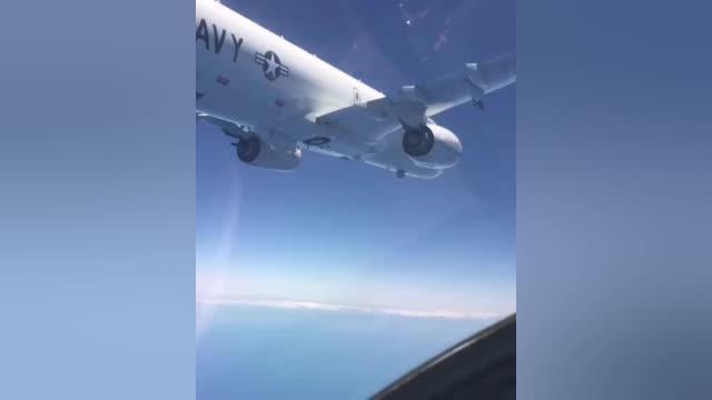 """今天俄军苏35对地中海上空飞行的美国海军P-8A""""波塞冬""""反潜机逼近到了极近距离……"""