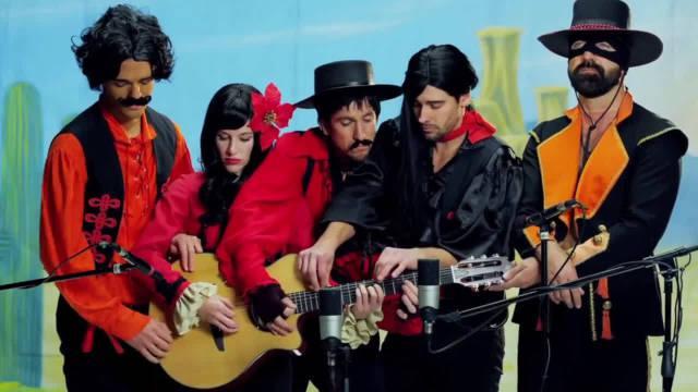 五人同弹一把吉他演唱《圣诞快乐》很有创意