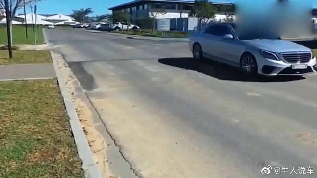 视频:奔驰S级通过减速带的一刻