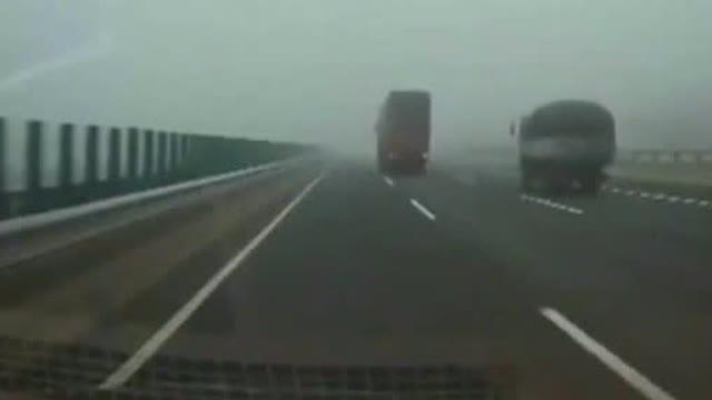 时速125高速路堵车,大货车没敢动方向……