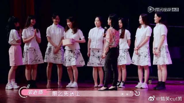老师为赖美云带来当年穿过的合唱团服……