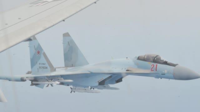 实拍两架苏-35挂弹拦截美军P-8A,美方指责俄不负责任
